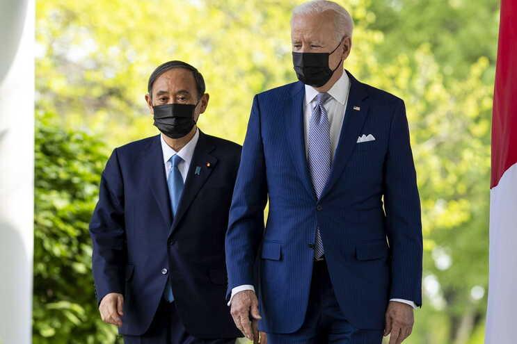 Joe Biden e o primeiro-ministro do Japão, Yoshihide Suga