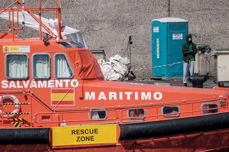 Cadáveres de migrantes encontrados em embarcação perto das Canárias