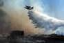O incêndio mantém duas frentes ativas, estando a destruir mato e povoamento misto
