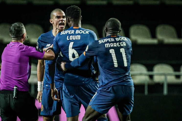 Pepe e Loum travaram-se de razões no final do jogo entre o Farense e o F. C. Porto
