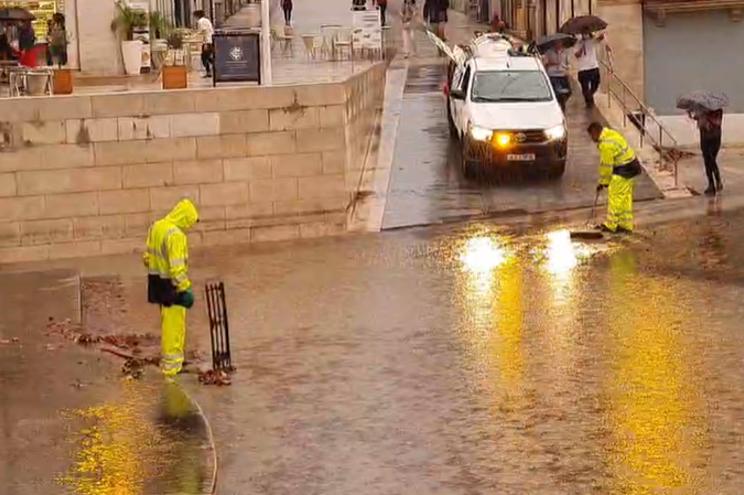 Chuva forte inunda Praça 8 de Maio em Coimbra