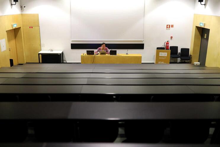 Armando Almeida, docente de Histologia e Embriologia do curso de Medicina no Minho, numa aula virtual