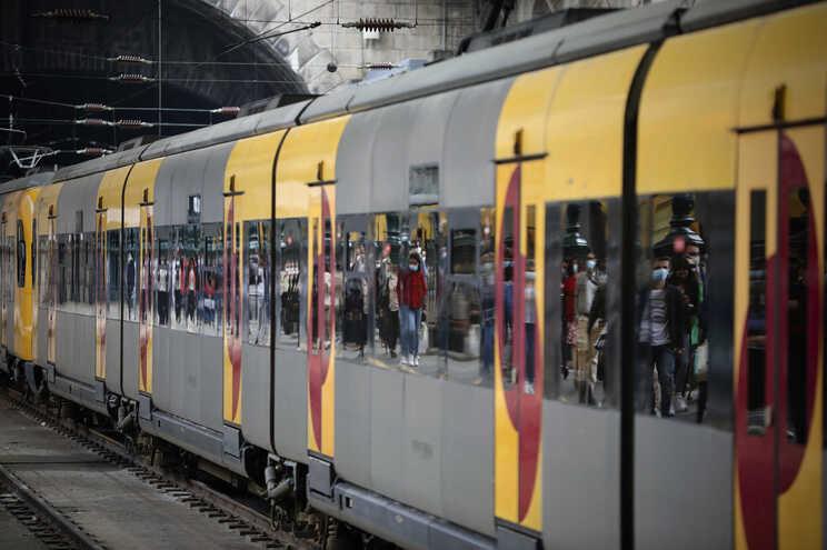 Dos 37 comboios suprimidos, 26 são do serviço regional, seis urbanos do Porto, três urbanos em Lisboa