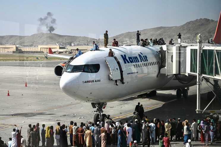 A situação no Aeroporto Internacional Hamid Karzai obrigou a que todos os voos fossem suspensos por várias