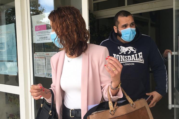 O arguido, esta terça-feira à tarde, a sair do Tribunal de Braga, com a sua advogada