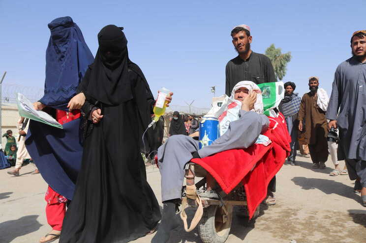 Afegãos em fuga para o vizinho Paquistão