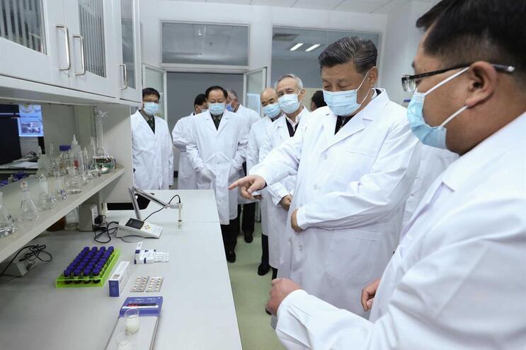 O presidente da China, Xi Jinping, visita a Academia Militar de Ciências Médicas, em Pequim