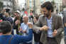 O candidato do PCP às eleições Presidenciais 2021, João Ferreira, cumprimenta participantes da ação de