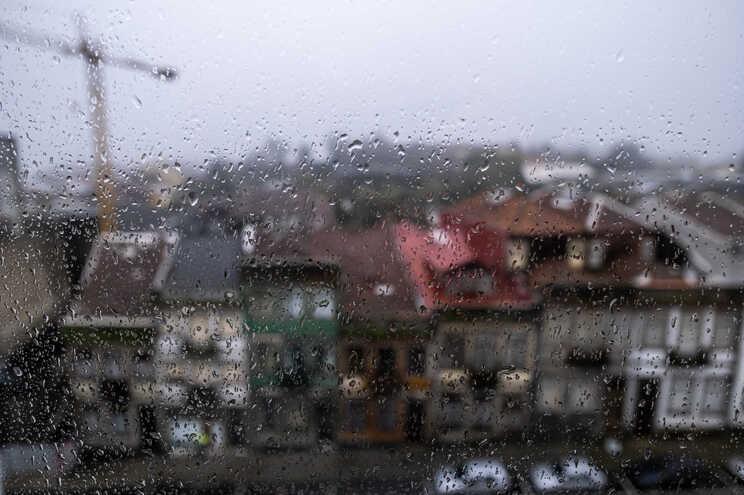 Chuva, temperaturas mais baixas, possibilidade de trovoadas e vento mais forte vão marcar o fim de semana