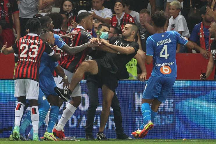 Os adeptos do Nice invadiram o campo e agrediram alguns jogadores do Marselha