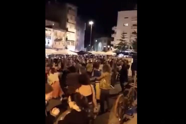 A Praça dos Poveiros, no Porto, encheu-se de pessoas a dançar