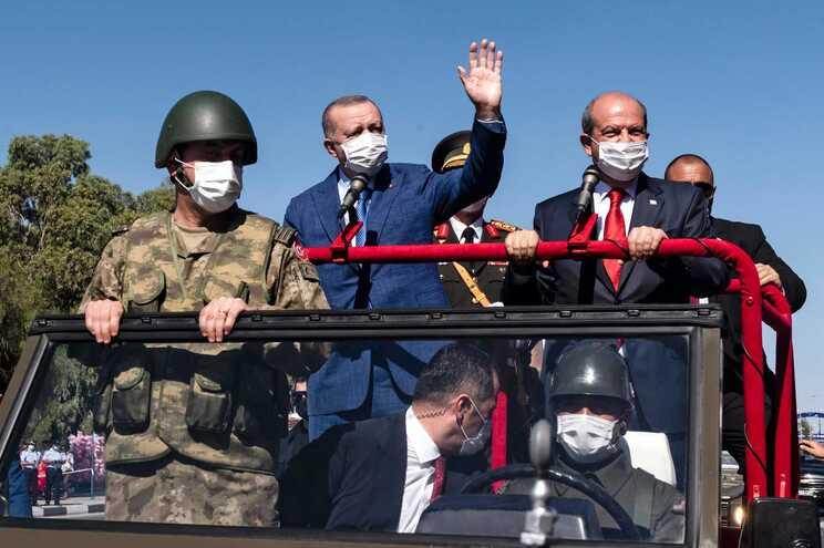 O presidente turco, Recep Tayyip Erdogan, acena durante um visita ao norte do Chipre, acompanhado do