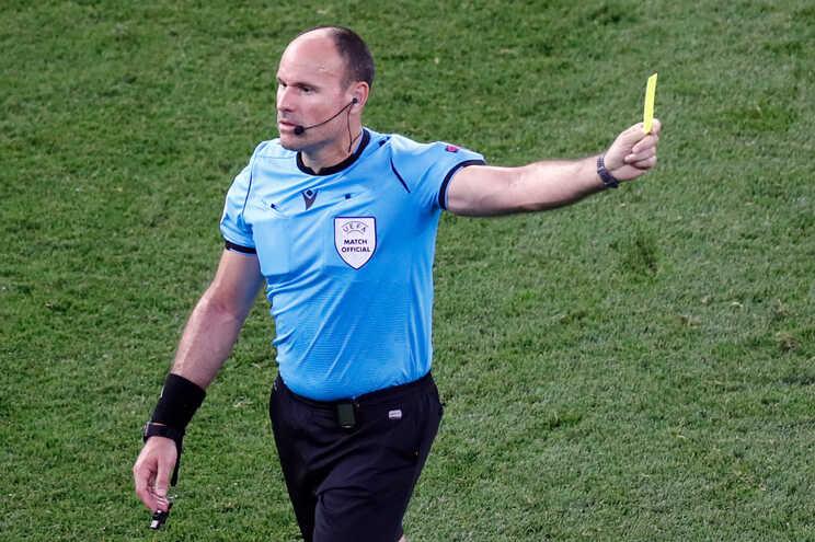 O árbitro espanhol Antonio Miguel Mateu Lahoz mostra o cartão amarelo durante o jogo entre Portugal e