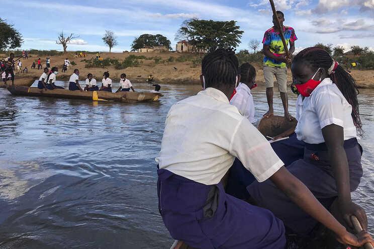 Alunos têm de atravessar o rio Luenha diariamente para irem para a escola secundária mais próxima