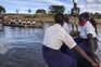 Atravessam o rio de canoa e fazem 14 quilómetros a pé para chegar à escola