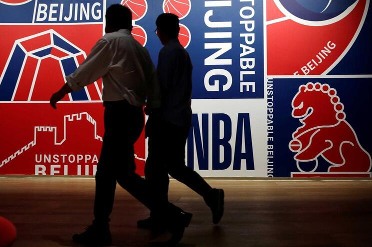 Cartaz a anunciar um jogo de exibição da NBA, em Pequim, na China
