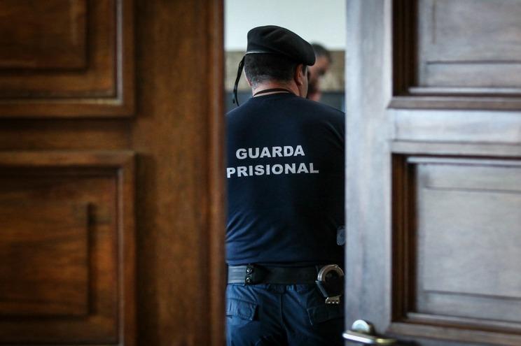 O homem foi condenado pela prática de um crime de abuso sexual de crianças agravado, na pena de 18 meses