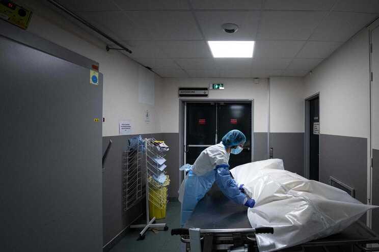 Desde quarta-feira, morreram no país 300 pessoas devido ao vírus, elevando assim o número de óbitos para