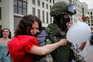Uma guerra de força brutal, rosas e balões na Bielorrússia