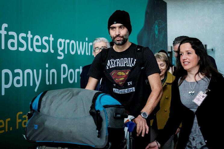 Adriano Maranhão, primeiro português infetado com o novo coronavírus, à chegada a Lisboa em março de
