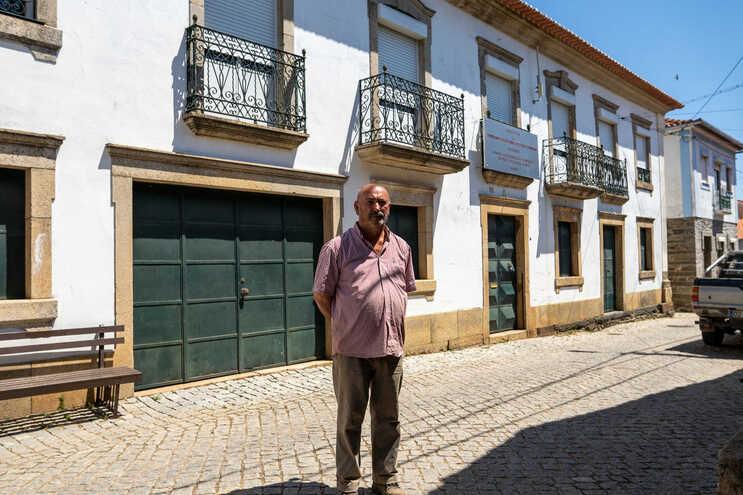 Presidente da Junta, Ademar Bento, junto à casa de Veneranda Martins herdada pelos bombeiros