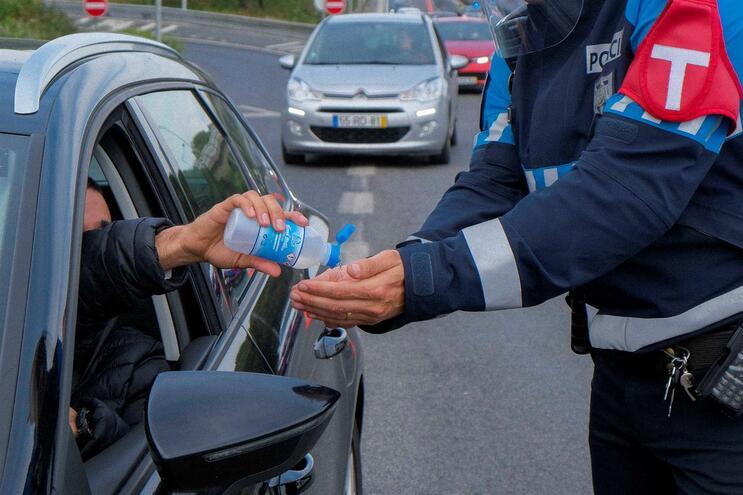 Polícias estão entre os profissionais que podem deixar os filhos na escola durante o período de emergência