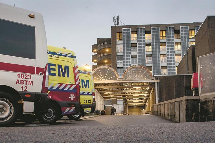 Dado o clima de apreensão que se gerou no Hospital de Santo António, o médico foi encaminhado para casa