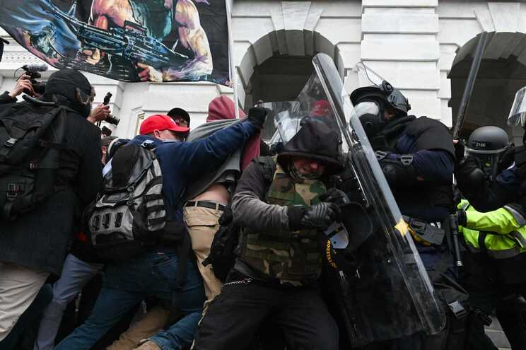 Invasão violenta do Capitólio por apoiantes de Trump