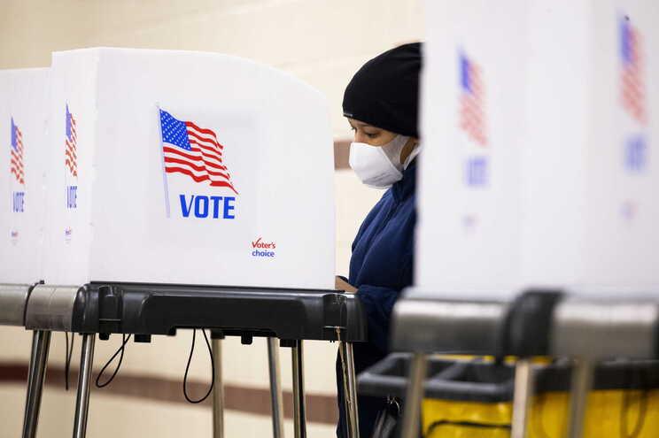 Assembleias de voto abriram às 6 horas da manhã em oito estados norte-americanos