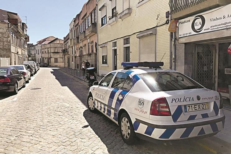 PSP junto à casa da vítima, na Rua do Bonjardim