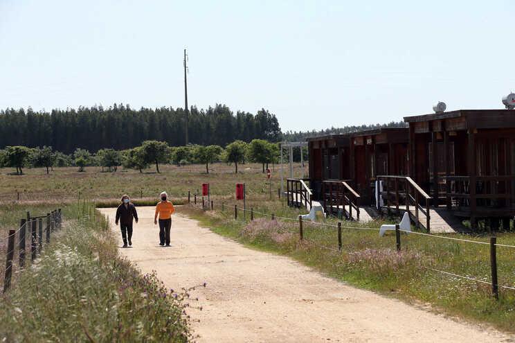 Proprietários de casas no Zmar Eco Experience, passeiam pelo complexo turistico