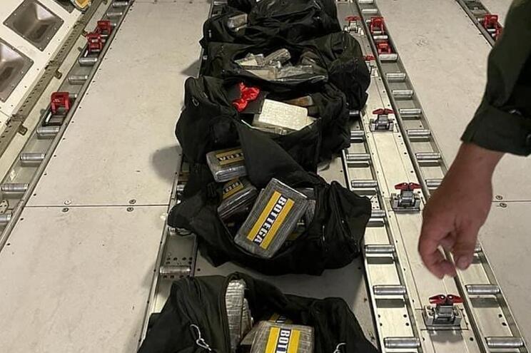 """Foram encontrados """"oito sacos contendo 124 barras de alegada cocaína"""""""