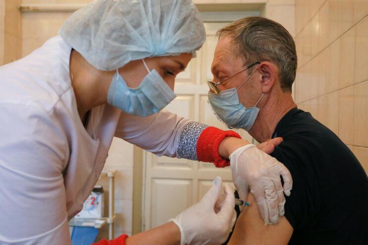 A Rússia foi o primeiro país a anunciar a vacina contra a covid-19