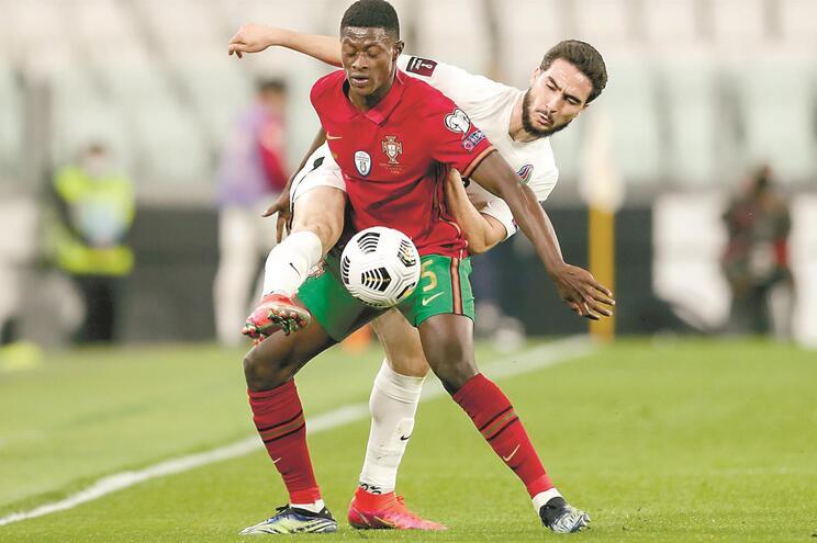 Nuno Mendes estreou-se peça principal seleção portuguesa. O defesa esquerdo foi titular no triunfo, em