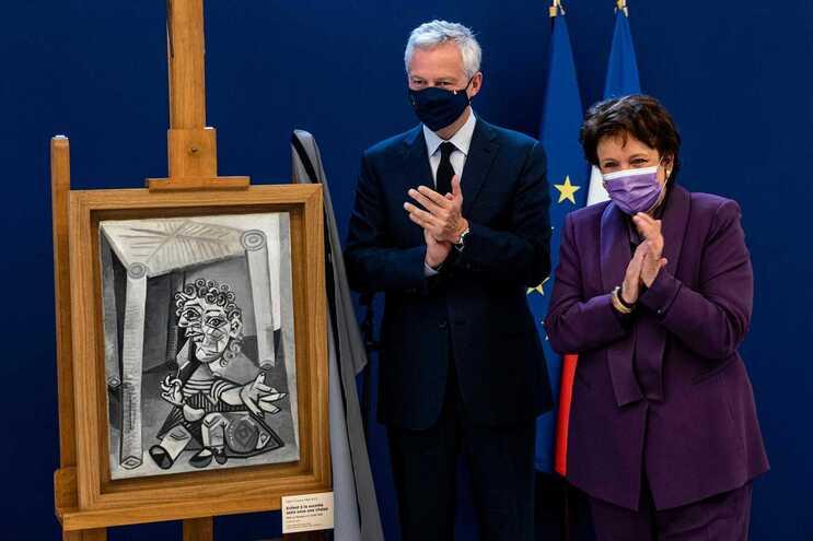 Ministros da Economia e Cultura de França mostram obras