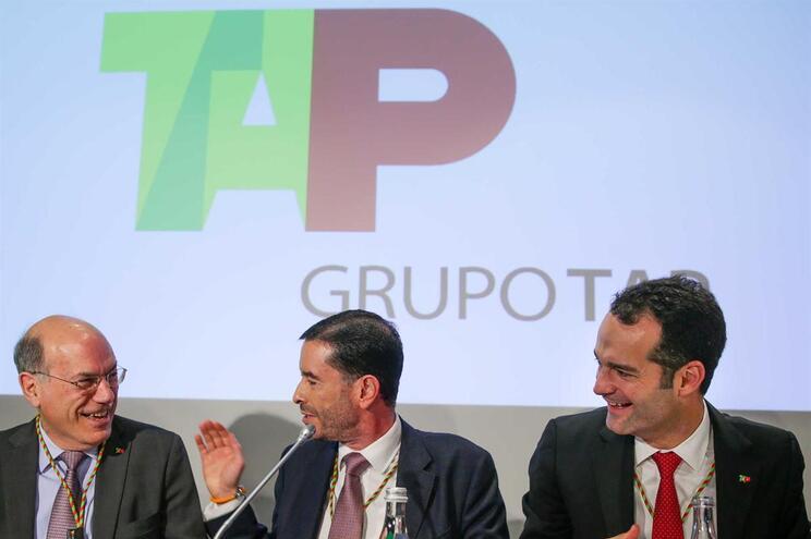 O novo presidente executivo da TAP, Antonoaldo Neves (D) fala com o presidente cessante, Fernando Pinto