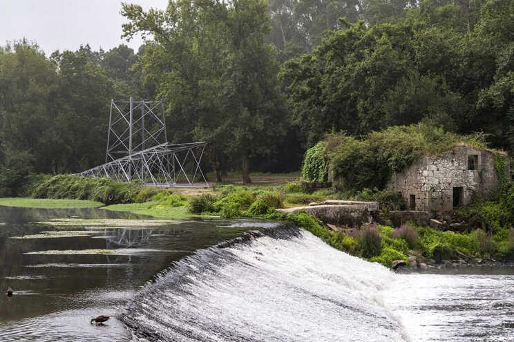 Poste está a poucos metros do rio Ave, em zona de Reserva Ecológica Nacional e em domínio hídrico