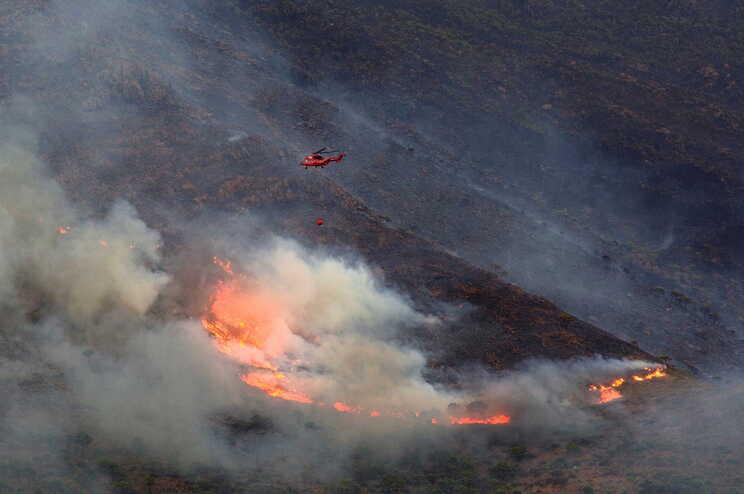 Chuva ajuda a controlar incêndio de grandes proporções no sul de Espanha