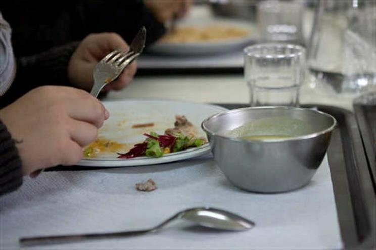 Pais pagam para assegurar vigilância na escola durante o almoço