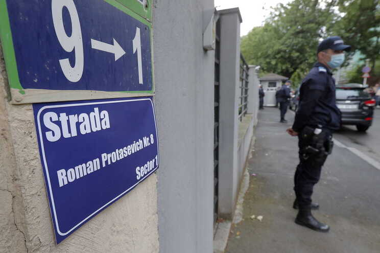 Manifestantes mudaram o nome da rua da embaixada bielorrussa em Bucareste, na Roménia, para Roman Protasevich