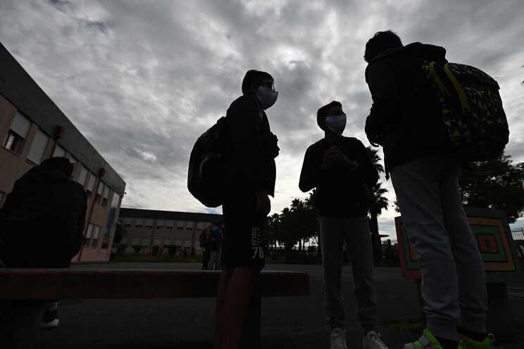 Decisão de fechar as escolas foi do Governo pelo que são ilegais os cortes para quem ficou com filhos