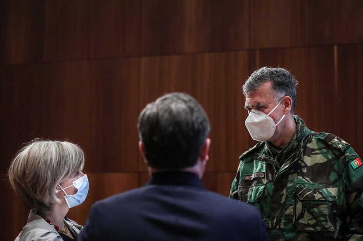 Henrique Gouveia e Melo fala com a ministra da Saúde à margem da reunião do Infarmed