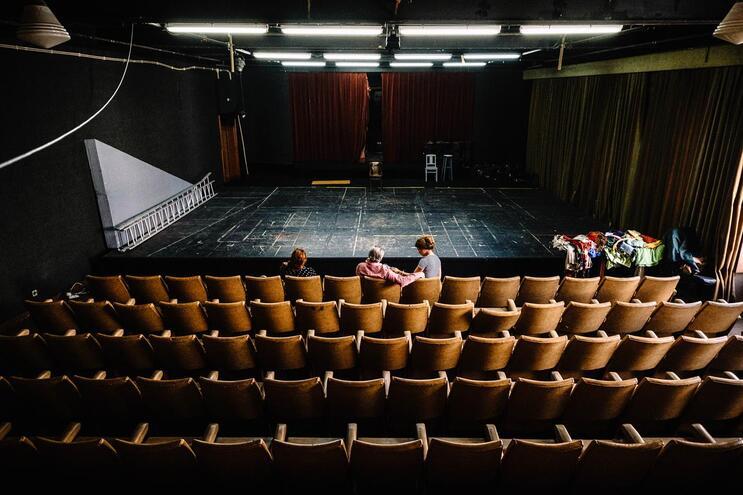 Júri dos concursos de  teatro lamenta ausência de respostas do Governo