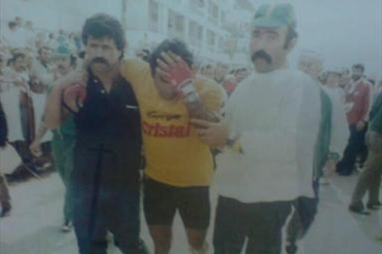 Francisco Silva, à esquerda, ampara Joaquim Agostinho, em 1984, na Quarteira