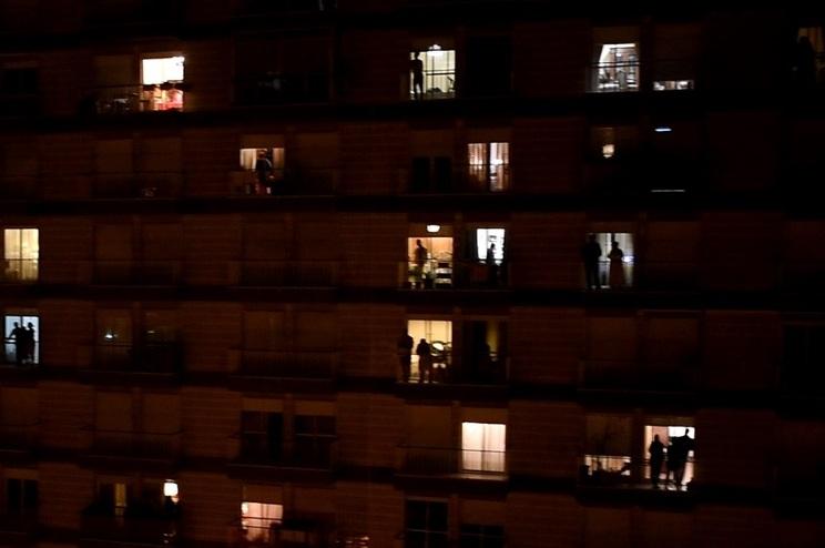 Pelas 22 horas, os portugueses foram às varandas agradecer aos profissionais de saúde