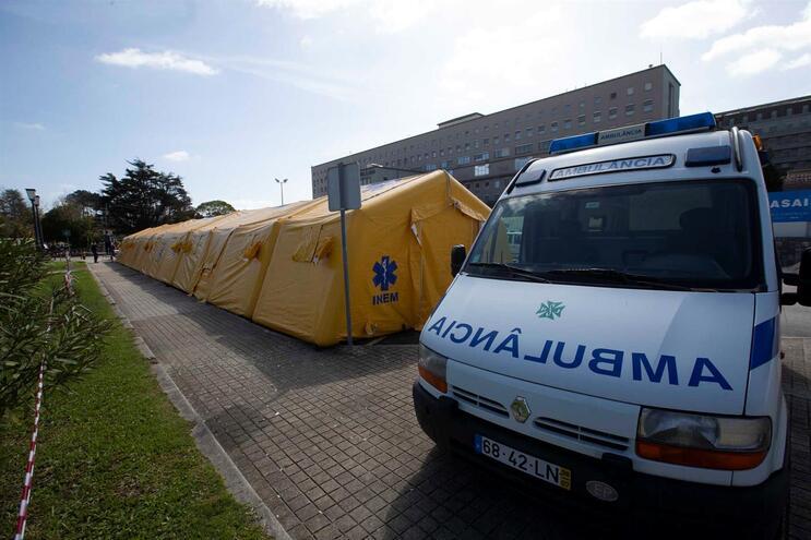 Nove pessoas nos cuidados intensivos e 100 doentes a recuperar em casa