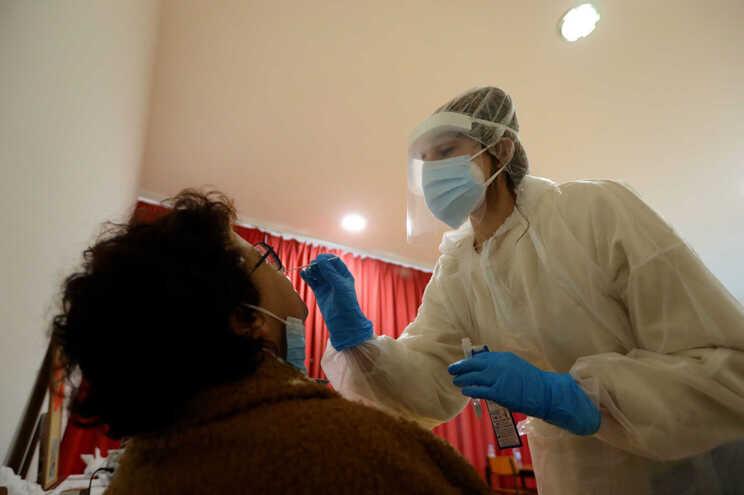 Teste com zaragatoa para despistar a infeção pelo coronavírus SARS-CoV-2
