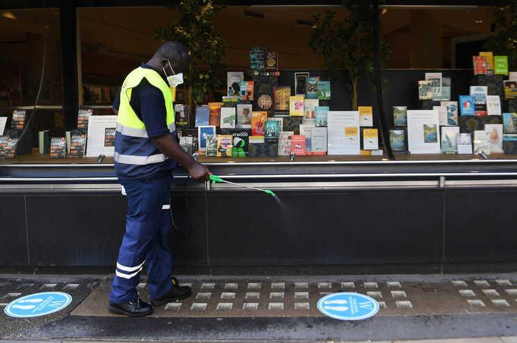 Desinfeção das ruas perto de uma livraria em Londres, no Reino Unido