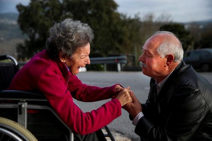 Agostinho Pinto cuida da mulher Rosa Maria, doente com Alzheimer, há 6 anos