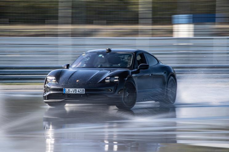 Porsche Taycan bate recorde ao fazer 42 quilómetros a andar de lado